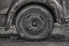 Het verlaten wiel van de brandvrachtwagen in een Europees dorp Stock Afbeelding