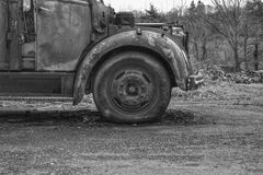 Het verlaten wiel van de brandvrachtwagen in een Europees dorp Stock Afbeeldingen