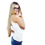 Het verleidelijke jonge vrouw stellen in studio die glazen dragen royalty-vrije stock foto's