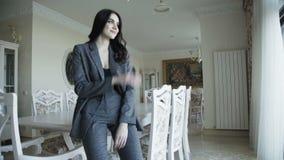 Het verleidelijke leuke model stelt voor de reclame van dure kleren 4K stock footage