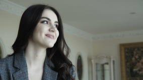 Het verleidelijke leuke model stelt voor de reclame van dure kleren 4K stock videobeelden
