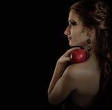 Het verleidelijke stellende meisje van het portret met appel Stock Afbeeldingen