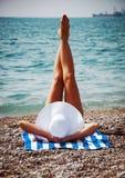 Het verleidelijke vrouw nemen zonnebaadt op strand. Wijnoogst. Stock Afbeeldingen