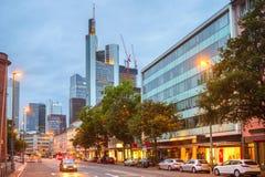 Het verlichte winkelen van Frankfurt de stad in srtreet royalty-vrije stock afbeelding