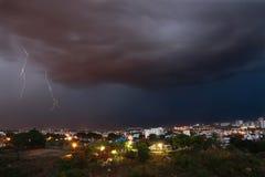 Het verlichten daling over de stad van Bangalore Stock Fotografie