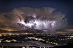 Het verlichten over de Provincie van Varese in een de zomernacht Stock Afbeeldingen
