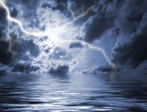 Het verlichten in zware hemel Stock Fotografie