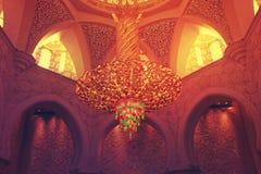 Het VERLICHTINGSmateriaal binnen de grootste moskee van de V.A.E, SJEIK ZAYED GRAND MOSQUE bepaalde van in ABU DHABI de plaats Royalty-vrije Stock Foto