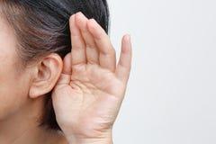Het verlies van het gehoor van de oudstenvrouw, Hard van hoorzitting stock fotografie