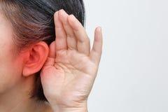Het verlies van het gehoor van de oudstenvrouw, Hard van hoorzitting stock afbeelding