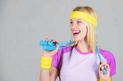 Het verliesconcept van het gewicht Pasvorm en Gezond Vrouw die met touwtjespringen uitoefenen De brander van de touwtjespringen k stock foto