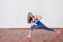 Het verliesconcept van het gewicht Vrouwen die aërobe oefening doen De ruimte van het exemplaar stock afbeeldingen