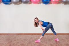 Het verliesconcept van het gewicht Vrouwen die aërobe oefening doen De ruimte van het exemplaar royalty-vrije stock foto