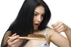 Het verliezen van de vrouw haar op haarborstel stock afbeeldingen