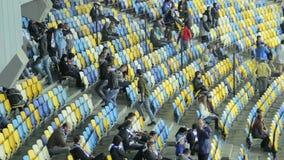 Het verlofarena van voetbalventilators na gelijke, na het spel van de stadionsport stock video