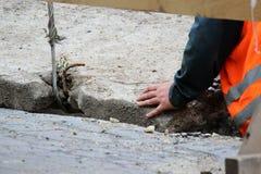 het verminderen van de concrete plak en het creëren van buisbescherming van de waterpijpen van wordt beschadigd tijdens het repar stock foto
