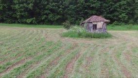 Het verminderen van het oude verlaten huis stock footage