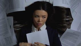 Het vermoeide die contract van de werknemerslezing, met werk, het moeilijk zich te concentreren wordt overweldigd stock footage