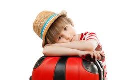 Het vermoeide kind met koffer Stock Fotografie