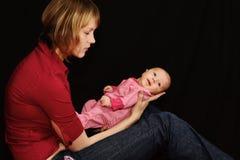 Het vermoeide mum bekijken haar baby Royalty-vrije Stock Foto