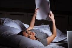 Het vermoeide onderneemster het werk overwerk thuis bij nacht royalty-vrije stock afbeeldingen