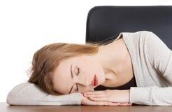 Het vermoeide vrouw slepping op bureau Stock Foto's