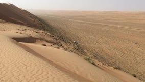 Het vermoeien stijgen van een off-road voertuig op een duin in het Wahiba-zand in Oman stock video
