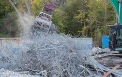 Het vernielingsgraafwerktuig scheurt van een gebouw royalty-vrije stock fotografie