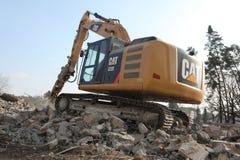 Het vernielingsgraafwerktuig vernietigt verlaten gebouwen in Milovice Royalty-vrije Stock Foto