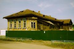 Het vernietigde bureaugebouw in Russische provincie Royalty-vrije Stock Afbeeldingen