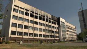 Het vernietigde gebouw na het bombarderen De oorlog in de Oekraïne, Avdeevka, Donetsk en Slavyansk Gebroken zwarte vensters, stock video