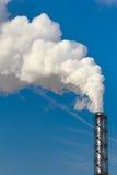 Het verontreinigen van rook die uit schoorsteen komt Stock Fotografie