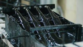Het veroorzaken van glasvezelversterking - de draad gaat door de motorolie over - hoogste mening stock footage