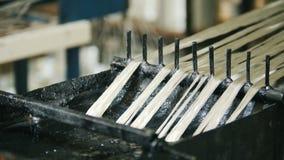 Het veroorzaken van glasvezelversterking - de draad gaat door de motorolie over - hoogste mening stock video