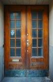 Het verouderen deur met spookgezicht Stock Foto's