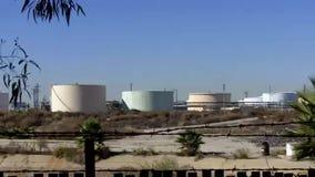 Het verouderen van de tanks van de olieopslag in een oude raffinaderij stock videobeelden