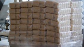 Het verpakken proces van ingepakte deegwaren bij de fabriek van macaroni royalty-vrije stock fotografie