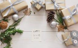 Het verpakken stelt achtergrond voor Met de hand gemaakte het maken Kerstmisgift in doos Stock Foto