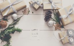 Het verpakken stelt achtergrond voor Met de hand gemaakte het maken Kerstmisgift binnen Stock Foto's