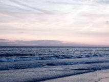 Het verpletteren op het Strand bij Zonsondergang Royalty-vrije Stock Foto's