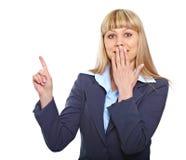 Het verraste bedrijfsvrouw richten stock fotografie