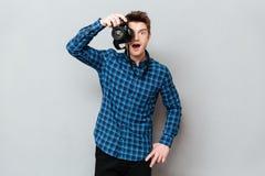 Het verraste fotograaf werken stock foto's