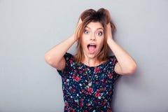 Het verraste jonge vrouw gillen Stock Afbeelding