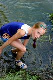Het verraste meisje boog over aan het water royalty-vrije stock afbeeldingen