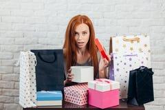 Het verraste meisje heeft geconstateerd dat haar gift werd gestolen royalty-vrije stock fotografie