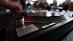 Het verre close-up van DJ Draaischijven, knopen en mensen` s hand stock video