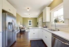 Het vers bijgewerkte witte en groene binnenland van de keukenruimte Royalty-vrije Stock Afbeelding