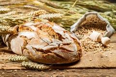Het vers gebakken brood van het land stock afbeelding