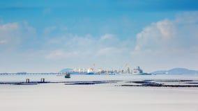 Het verschepende schip zit en wachtend op toegang tot pier op de vlotte Lange de blootstellingstechniek van de zeewateroppervlakt Stock Fotografie