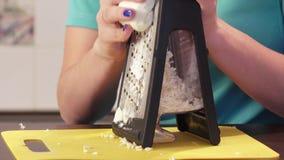 Het verscheuren van kaas op rasp stock video